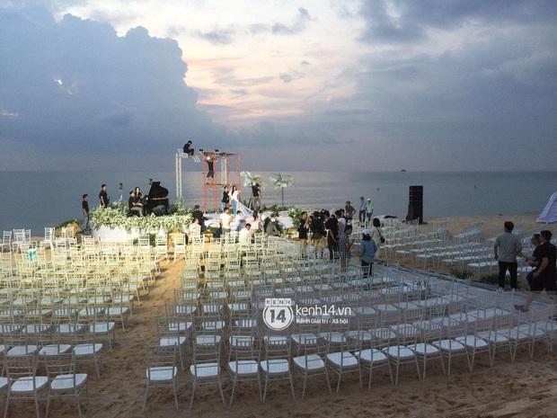 Ảnh siêu hiếm độc quyền từ Phú Quốc: Đông Nhi đội voan cưới dài 3m, tất bật chuẩn bị cho hôn lễ trên biển ngày mai - Ảnh 2.