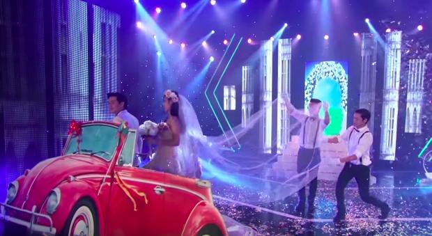 Chiếc xe rước dâu đỏ chói của Đông Nhi - Ông Cao Thắng: Theo dấu cặp đôi từ mô hình sân khấu, vào MV đến đám cưới đời thật - Ảnh 8.