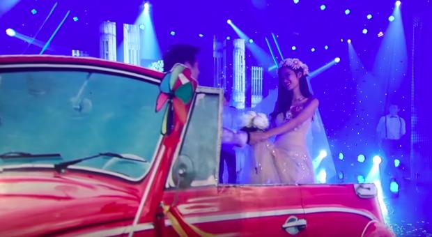 Chiếc xe rước dâu đỏ chói của Đông Nhi - Ông Cao Thắng: Theo dấu cặp đôi từ mô hình sân khấu, vào MV đến đám cưới đời thật - Ảnh 7.