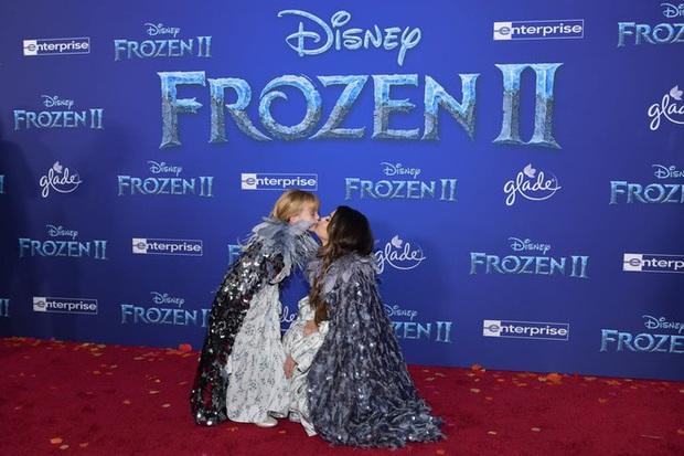 Thảm đỏ Frozen 2: Selena Gomez gây bão vì đẹp xuất thần, hôn em gái cùng cha khác mẹ thắm thiết - Ảnh 6.