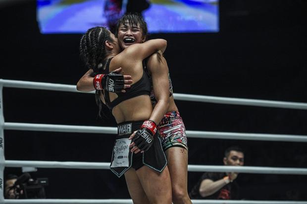 Phải gặp nhà vô địch tuyệt đối người Thái, nữ võ sĩ gốc Việt thi đấu vô cùng quả cảm, khiến BLV cũng phải tỏ ra ngỡ ngàng - Ảnh 8.