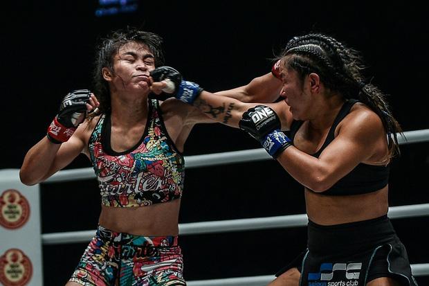 Phải gặp nhà vô địch tuyệt đối người Thái, nữ võ sĩ gốc Việt thi đấu vô cùng quả cảm, khiến BLV cũng phải tỏ ra ngỡ ngàng - Ảnh 4.