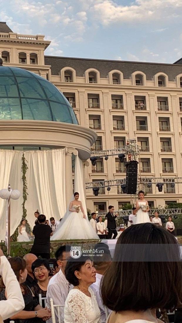Cập nhật váy cưới của Đông Nhi: Một chiếc vedette bồng xoè đúng chuẩn công chúa, một chiếc đơn giản tinh tế, ngóng chờ chiếc thứ 3 - Ảnh 3.