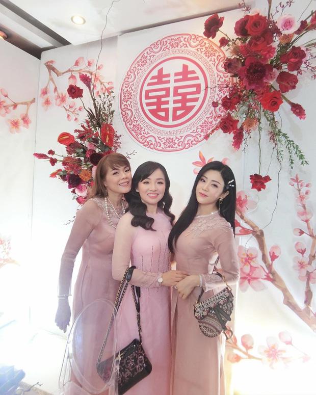 Hình ảnh hiếm hoi của em gái Ông Cao Thắng trong siêu đám cưới: Trang điểm nhẹ, diện áo dài nhã nhặn vẫn tuyệt đối xinh đẹp - Ảnh 4.