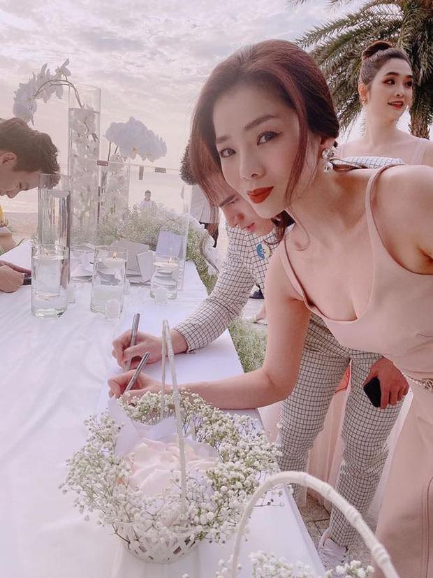 Cập nhật: 200 sao Việt xúng xính váy áo dự đám cưới đẹp như mơ của Đông Nhi - Ông Cao Thắng - Ảnh 4.