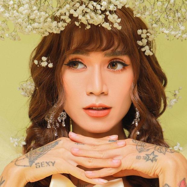 Trang phục dự siêu đám cưới cực lầy mang thương hiệu BB Trần: Cuốn chăn làm váy thướt tha, quyết không kém cạnh cô dâu Đông Nhi  - Ảnh 2.