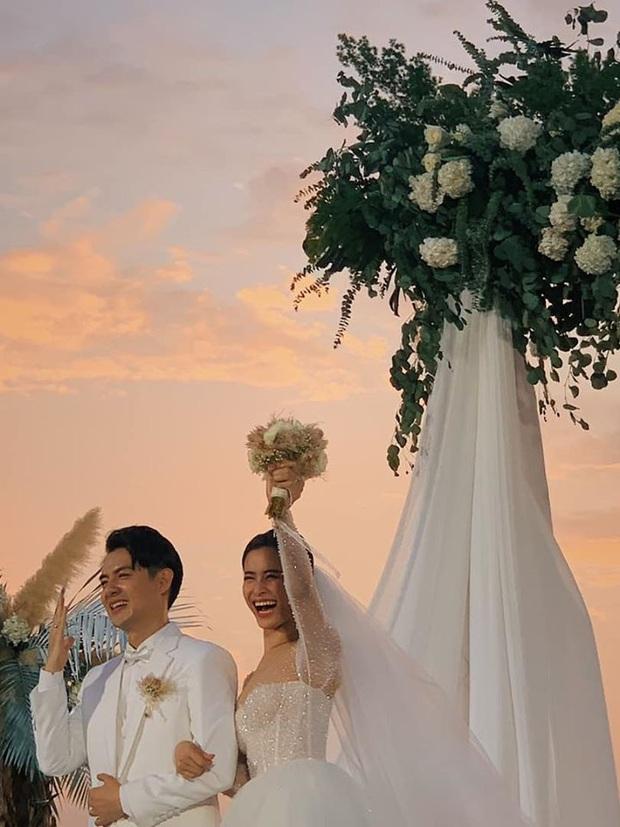 Khoảnh khắc ý nghĩa nhất sau 10 năm: Đông Nhi - Ông Cao Thắng cười tít mắt khoe nhẫn cưới, chính thức kết duyên vợ chồng - Ảnh 1.