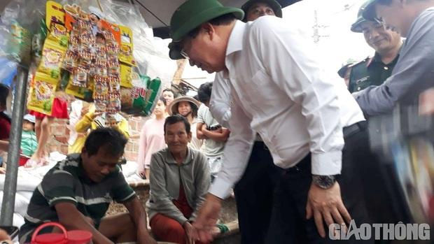 Phó Thủ tướng mua hết lạc để người bán hàng rong về sớm chống bão - Ảnh 1.