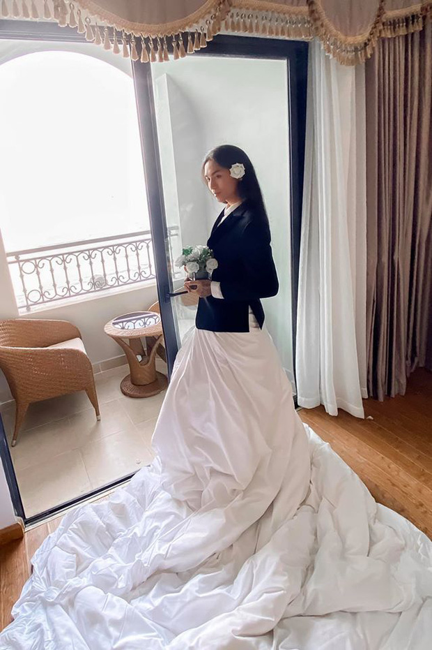 Trang phục dự siêu đám cưới cực lầy mang thương hiệu BB Trần: Cuốn chăn làm váy thướt tha, quyết không kém cạnh cô dâu Đông Nhi  - Ảnh 1.