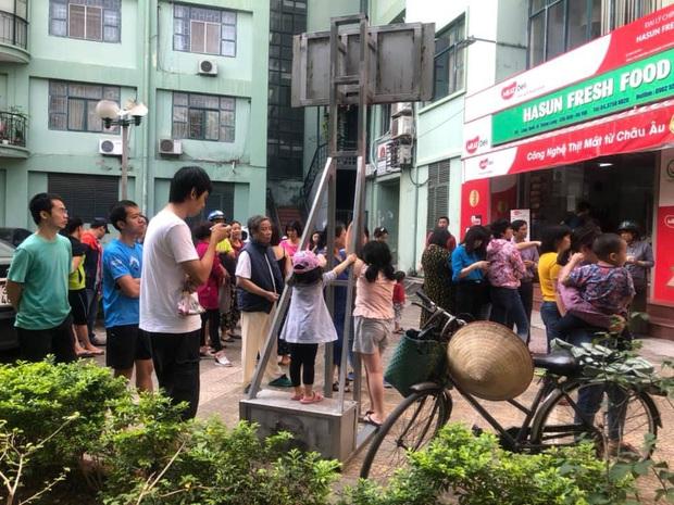 Hà Nội: Cháy lớn tại chung cư 10 tầng trong làng quốc tế Thăng Long, 30 lính cứu hỏa được huy động dập lửa - Ảnh 3.