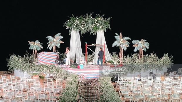 Đột nhập địa điểm diễn ra lễ cưới của Đông Nhi - Ông Cao Thắng: Hoa phủ kín, ánh sáng lên tạo không gian cổ tích giữa biển - Ảnh 2.