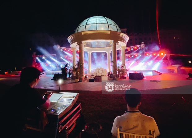Đột nhập địa điểm diễn ra lễ cưới của Đông Nhi - Ông Cao Thắng: Hoa phủ kín, ánh sáng lên tạo không gian cổ tích giữa biển - Ảnh 4.