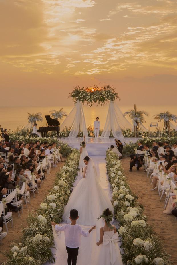 Cận cảnh các món ăn và không gian tiệc cưới sang trọng của Đông Nhi - Ông Cao Thắng: phục vụ chuẩn châu Âu, dàn sao Vbiz check-in ngập MXH - Ảnh 3.