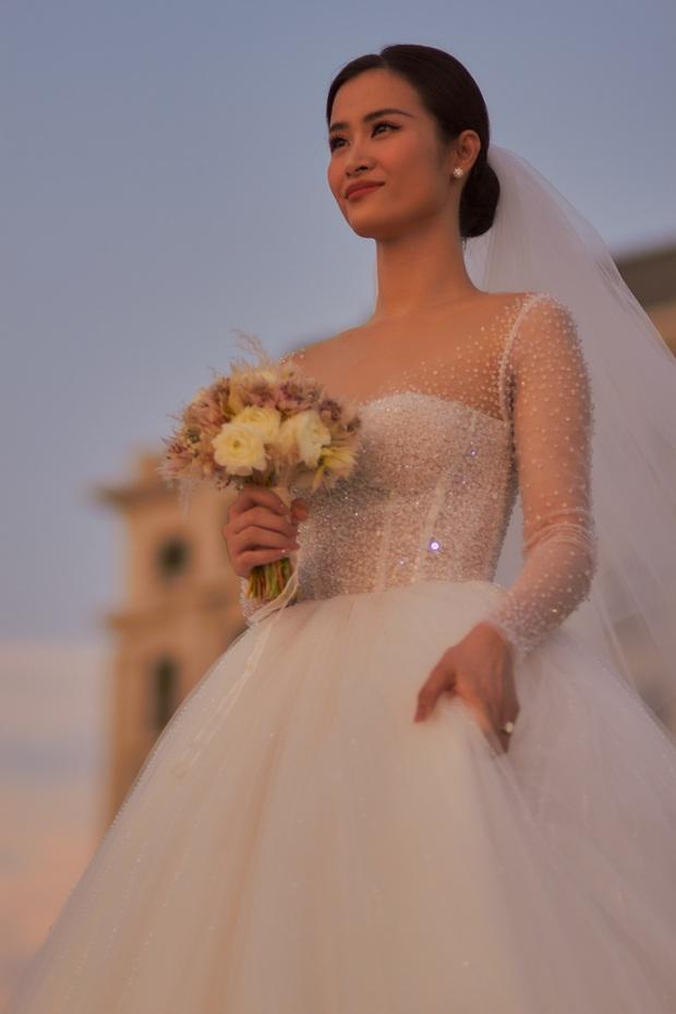 Cập nhật váy cưới của Đông Nhi: Chiếc vedette lộng lẫy chuẩn công chúa, một chiếc đơn giản tinh tế, ngóng chờ chiếc thứ 3 - Ảnh 3.