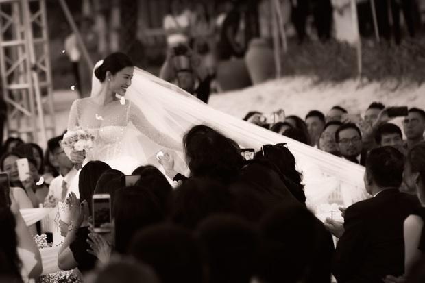 Cập nhật váy cưới của Đông Nhi: Chiếc vedette lộng lẫy chuẩn công chúa, một chiếc đơn giản tinh tế, ngóng chờ chiếc thứ 3 - Ảnh 6.