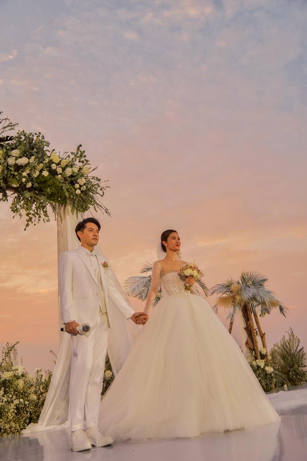 Cập nhật váy cưới của Đông Nhi: Chiếc vedette lộng lẫy chuẩn công chúa, một chiếc đơn giản tinh tế, ngóng chờ chiếc thứ 3 - Ảnh 2.