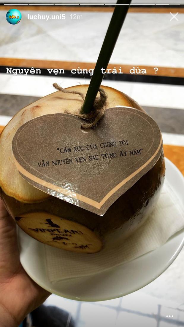 Vừa đặt chân đến Phú Quốc, chưa vội check in nhận phòng, dàn khách mời đi siêu đám cưới lại bình tĩnh ngồi uống... nước dừa - Ảnh 3.
