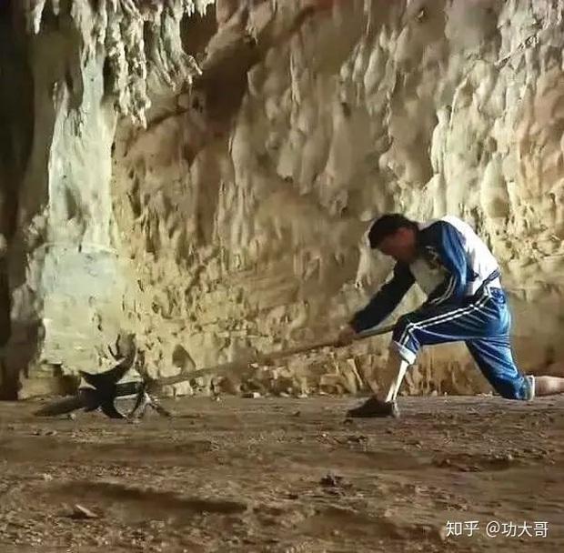 Say mê kiếm hiệp Kim Dung, chàng trai quyết tâm bỏ nhà lên núi tu luyện võ công để trở thành thiên hạ vô địch - Ảnh 2.