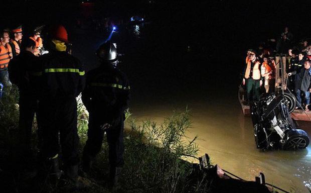 Xe con chở 2 người lao xuống đập nước, tài xế mở cửa thoát ra ngoài, bị nước cuốn trôi tử vong - Ảnh 1.