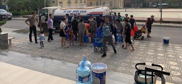Dân chung cư ở Hà Nội tá hỏa phát hiện nước có mùi dầu, bốc mùi khét lẹt - Ảnh 2.
