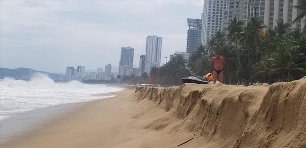 """Trước bão số 6: Kỳ lạ """"tường"""" cát cao gần 1m xuất hiện ở biển Nha Trang - Ảnh 5."""