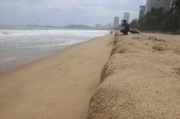 """Trước bão số 6: Kỳ lạ """"tường"""" cát cao gần 1m xuất hiện ở biển Nha Trang - Ảnh 6."""