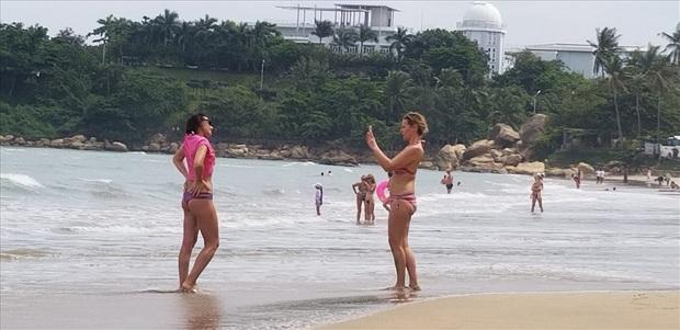 """Trước bão số 6: Kỳ lạ """"tường"""" cát cao gần 1m xuất hiện ở biển Nha Trang - Ảnh 8."""
