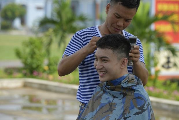 Sao nhập ngũ: Jun Phạm năn nỉ đừng cắt tóc quá ngắn, cân team khi co tay xà đơn - Ảnh 2.