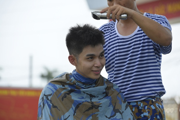 Sao nhập ngũ: Jun Phạm năn nỉ đừng cắt tóc quá ngắn, cân team khi co tay xà đơn - Ảnh 3.