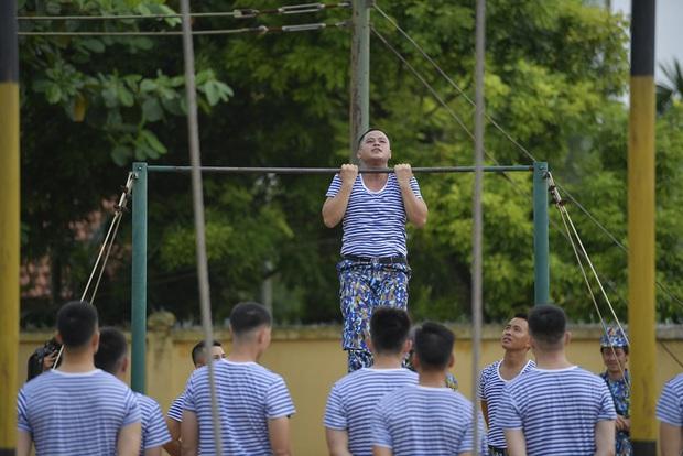 Sao nhập ngũ: Jun Phạm năn nỉ đừng cắt tóc quá ngắn, cân team khi co tay xà đơn - Ảnh 5.