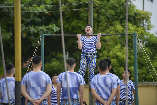 Sao nhập ngũ: Jun Phạm năn nỉ đừng cắt tóc quá ngắn, cân team khi co tay xà đơn - Ảnh 6.