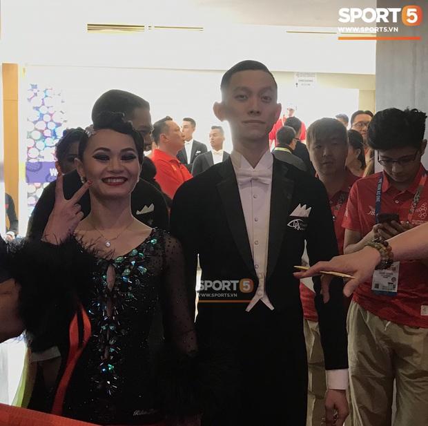 Xúc động khoảnh khắc vợ chồng VĐV đoạt huy chương vàng môn khiêu vũ thể thao tự hào hát vang Quốc ca Việt Nam trên đất Philippines - Ảnh 3.