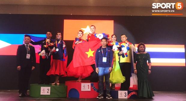 Xúc động khoảnh khắc vợ chồng VĐV đoạt huy chương vàng môn khiêu vũ thể thao tự hào hát vang Quốc ca Việt Nam trên đất Philippines - Ảnh 5.