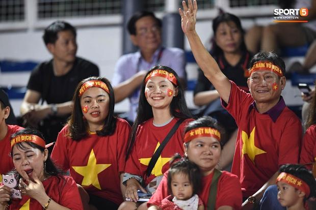 Nữ CĐV Việt Nam xinh đẹp, gương mặt giống người yêu Đoàn Văn Hậu đến sân cổ vũ U22 Việt Nam đấu U22 Indonesia - Ảnh 6.