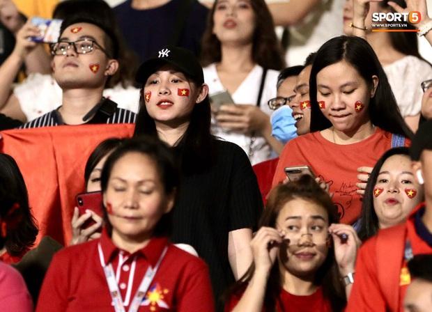 Nữ CĐV Việt Nam xinh đẹp, gương mặt giống người yêu Đoàn Văn Hậu đến sân cổ vũ U22 Việt Nam đấu U22 Indonesia - Ảnh 3.
