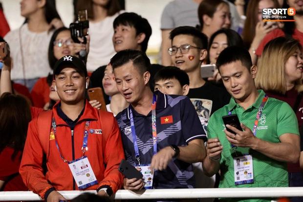 Nữ CĐV Việt Nam xinh đẹp, gương mặt giống người yêu Đoàn Văn Hậu đến sân cổ vũ U22 Việt Nam đấu U22 Indonesia - Ảnh 14.