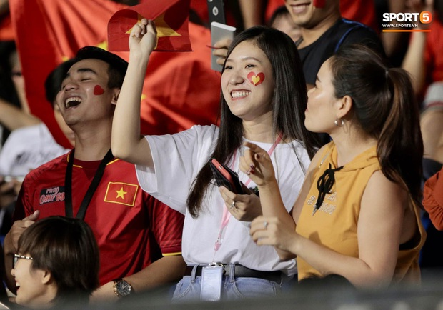 Nữ CĐV Việt Nam xinh đẹp, gương mặt giống người yêu Đoàn Văn Hậu đến sân cổ vũ U22 Việt Nam đấu U22 Indonesia - Ảnh 5.