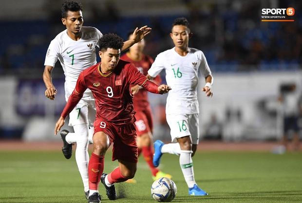 Sau pha đánh đầu gỡ hòa 1-1, người hùng Thành Chung thực hiện hành động an ủi vô cùng tinh tế với thủ môn Bùi Tiến Dũng - Ảnh 7.