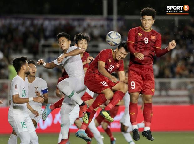 Thành Chung đánh đầu ngược, ghi bàn thắng quý như vàng cho U22 Việt Nam - Ảnh 1.