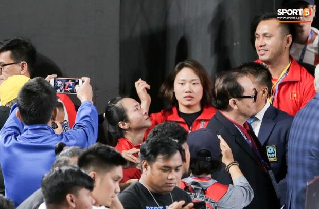 Khoảnh khắc xúc động: VĐV cử tạ Việt Nam gục khóc nức nở bên cờ Tổ quốc sau khi giành HCV SEA Games 30 - Ảnh 2.