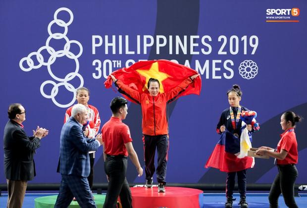 Khoảnh khắc xúc động: VĐV cử tạ Việt Nam gục khóc nức nở bên cờ Tổ quốc sau khi giành HCV SEA Games 30 - Ảnh 5.