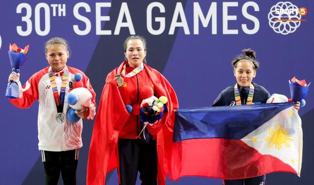 Khoảnh khắc xúc động: VĐV cử tạ Việt Nam gục khóc nức nở bên cờ Tổ quốc sau khi giành HCV SEA Games 30 - Ảnh 12.