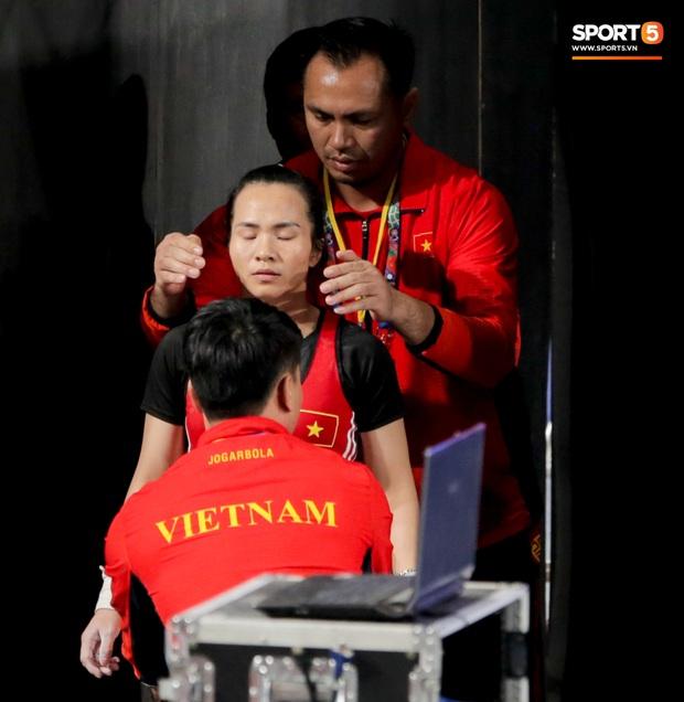 Khoảnh khắc xúc động: VĐV cử tạ Việt Nam gục khóc nức nở bên cờ Tổ quốc sau khi giành HCV SEA Games 30 - Ảnh 8.