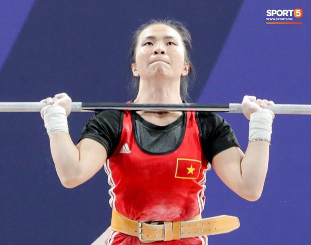 Khoảnh khắc xúc động: VĐV cử tạ Việt Nam gục khóc nức nở bên cờ Tổ quốc sau khi giành HCV SEA Games 30 - Ảnh 10.