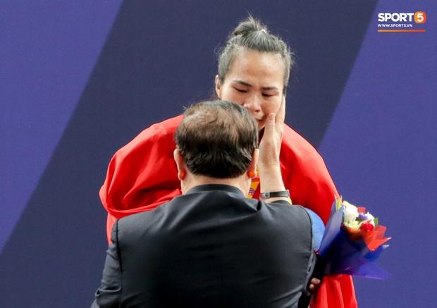 Khoảnh khắc xúc động: VĐV cử tạ Việt Nam gục khóc nức nở bên cờ Tổ quốc sau khi giành HCV SEA Games 30 - Ảnh 6.