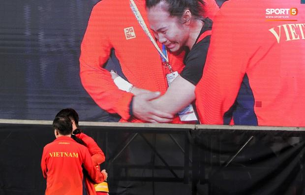 Khoảnh khắc xúc động: VĐV cử tạ Việt Nam gục khóc nức nở bên cờ Tổ quốc sau khi giành HCV SEA Games 30 - Ảnh 7.