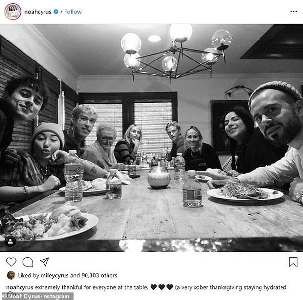 Miley Cyrus đưa Cody về ra mắt gia đình nhân lễ Tạ ơn dù vừa hẹn hò, biểu cảm của bạn trai kém tuổi gây tranh cãi - Ảnh 1.