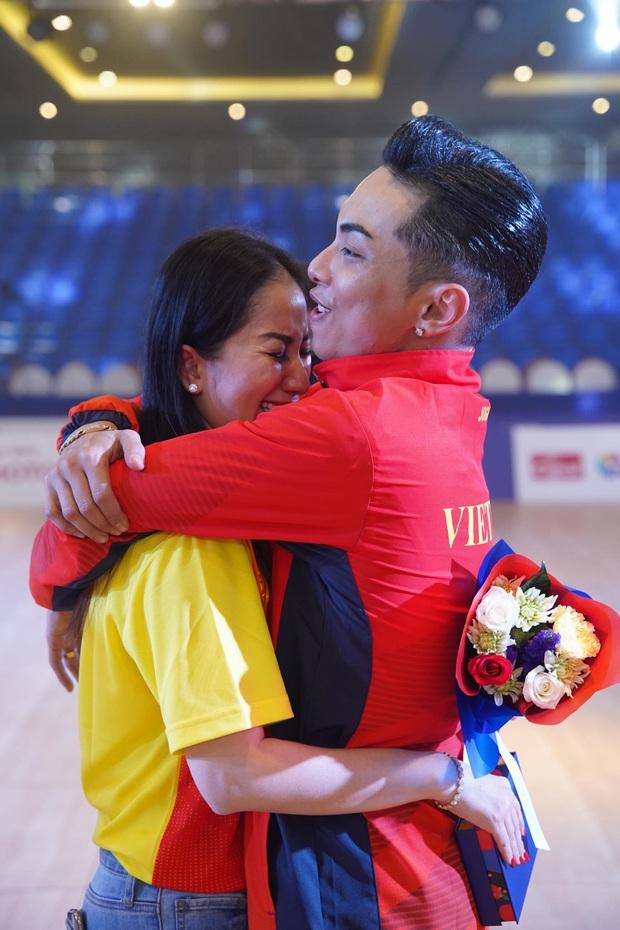 Phan Hiển chính thức giành HCV tại SEA Games 30, Khánh Thi lập tức òa khóc nức nở, ôm chầm lấy chồng vì quá hạnh phúc! - Ảnh 3.