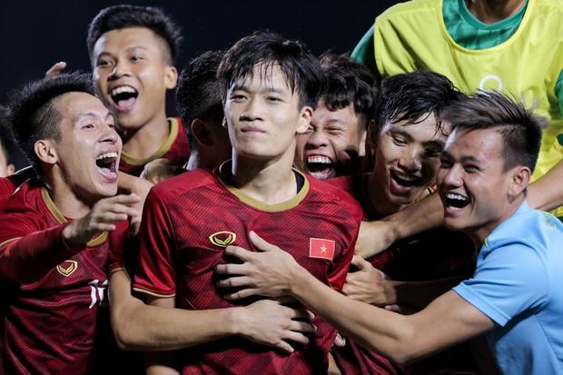 Maria Ozawa đến sân xem Việt Nam đấu Indonesia cùng trang phục mới, với hai người đàn ông mới nhưng vẫn quyết không trả lời phỏng vấn - Ảnh 6.
