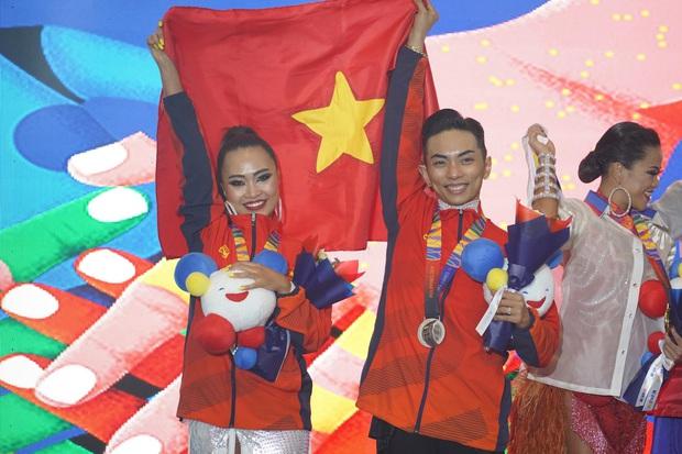 Phan Hiển chính thức giành HCV tại SEA Games 30, Khánh Thi lập tức òa khóc nức nở, ôm chầm lấy chồng vì quá hạnh phúc! - Ảnh 1.